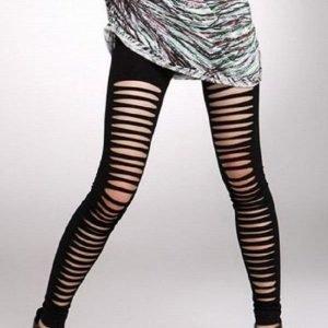 Mustat leggingsit halkioilla