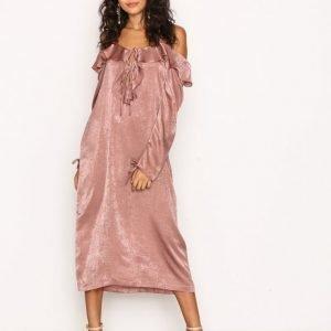 Nly Trend Cold Shoulder Slip Dress Loose Fit Mekko Vaalea Pinkki