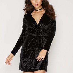 Nly Trend Crushed Velvet Wrap Dress Juhlamekko Musta