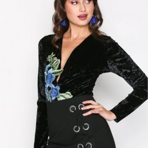 Nly Trend Embroidery V Drop Body Musta