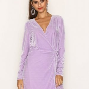 Nly Trend Fancy Velvet Wrap Dress Loose Fit Mekko Violetti