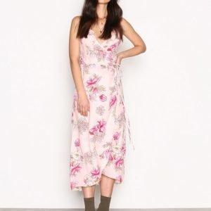Nly Trend Frill Wrap Strap Long Dress Maksimekko Vaaleanpunakuviollinen