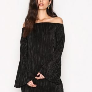 Nly Trend Off Shoulder Plissé Dress Loose Fit Mekko Musta