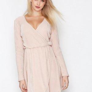 Nly Trend Pretty Pleats Dress Pitkähihainen Mekko Vaalea Pinkki