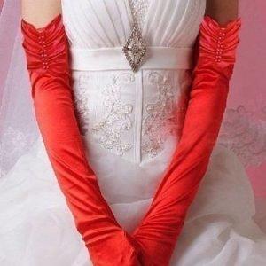 Punaiset pitkät satiinihansikkaat helmillä