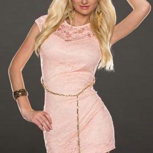 Sharon vaaleanpunainen pitsimekko vyöllä
