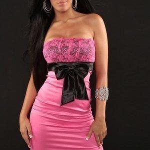 Vaaleanpunamusta cocktail-mekko rusetilla