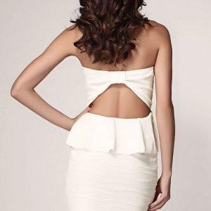 Valkoinen olkaimeton peplum-mekko
